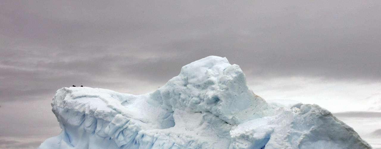 Mientras que el Ártico es océano abierto rodeado de tierra, la Antártida es una masa enorme de tierra rodeada por mar, lo que deja más espacio para la expansión del hielo marino. Esa geografía marca una enorme diferencia entre los dos climas polares.