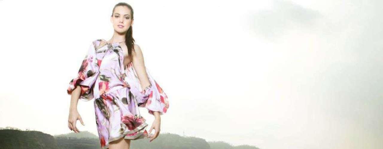 Miss Ecuador - Carolina Andrea Aguirre Perez. Mide 1.78 metros de estatura. Es cantante y modelo profesional.