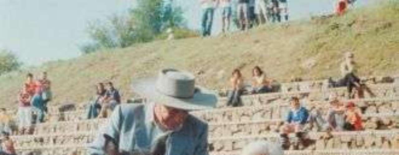 Sergio Catalán, el arriero que encontró a los jóvenes, durante el partido de rugby entre los Old Boys, de Chile, y los Old Christians, de Montevideo. La cita fue finalmente llevada a cabo 30 años después, en el aniversario del accidente -el 12 de octubre de 2002-.