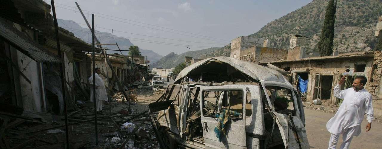 Al menos quince personas murieron y varias más resultaron heridas por la explosión de un coche bomba registrada en la ciudad occidental paquistaní de Kohat, de acuerdo con fuentes citadas por medios locales.
