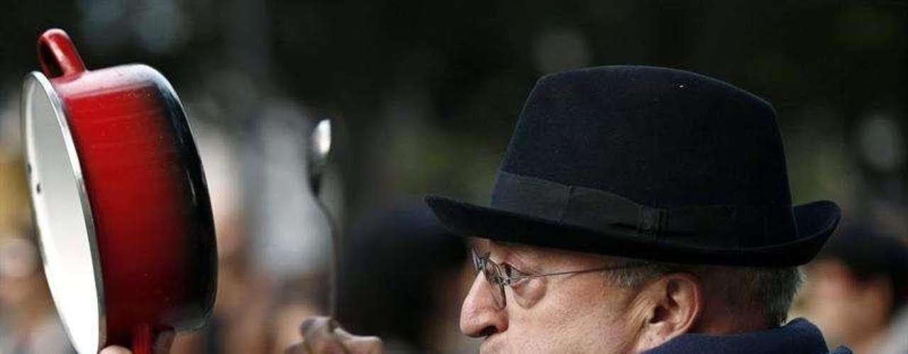 Un hombre durante la concentración que se llevó a cabo frente al Parlamento de Navarra rechazaba que los ciudadanos asuman \