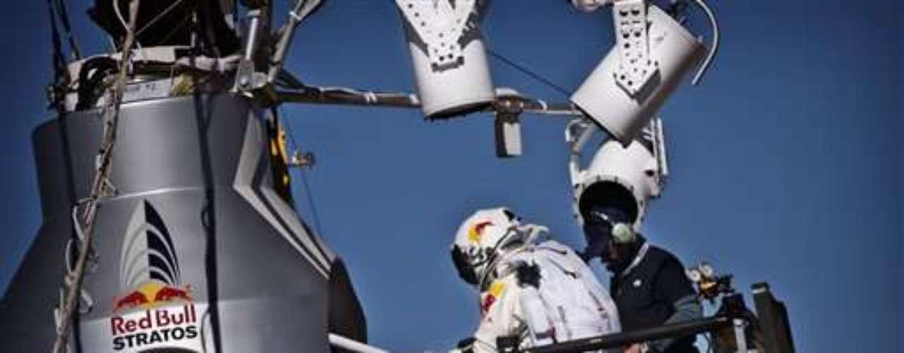 La caída libre de Baumgartner fue de cuatro minutos y 20 segundos, mientras que en total requerió alrededor de unos 15 minutos para tocar suelo si se contabiliza su descenso en paracaídas.