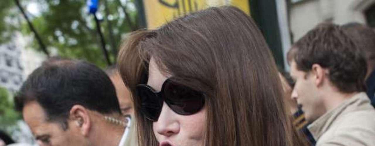 Carla Bruni, la ex primera dama francesa sorprendió a todos cuando, desde hace un tiempo, se mostró con la cara bastante hinchada y tirante. A sus 44 años, la modelo y cantante también ha dejado que los especialistas en estética acaben con la expresividad de su rostro.