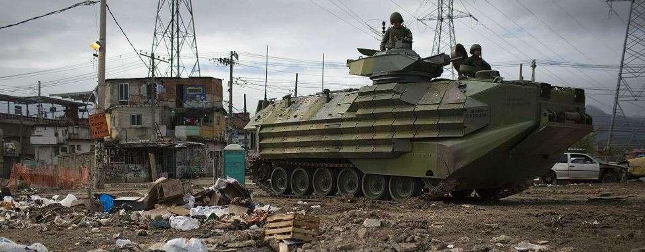 En grupos de ocho, la policía se abrió paso a través de los callejones de Jacarezinho, registrando las casas, mientras que los coches blindados tomaron posiciones en los basureros.