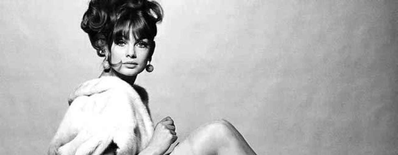 A la leyenda naciente de esta prenda contribuyó la modelo Jean Shrimpton, que fue la primera celebridad al ser captada públicamente con la diminuta prenda durante un evento realizado en Melbourne, Australia.
