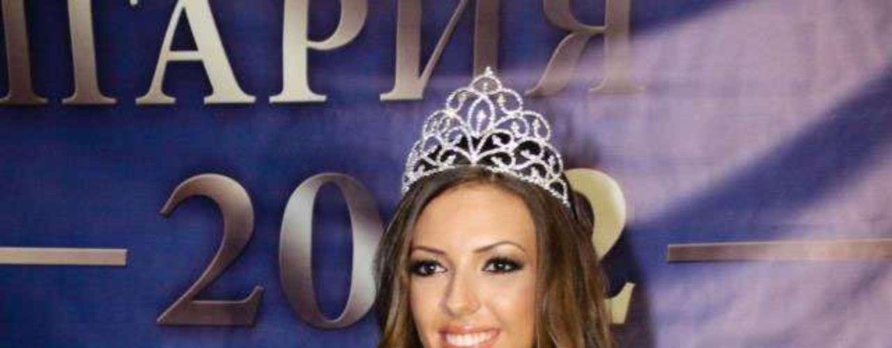 Miss Bulgaria - Joan Yaneva. Procedente de Blagoevgrado nació en el año de 1990. Es modelo profesional. Mide 1.78 metros de estatura. Su cabello es castaño y sus ojos color café.