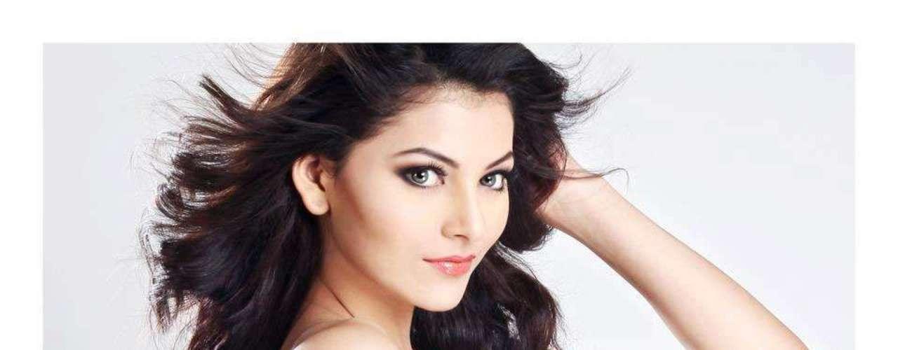 Miss India - Urvashi Rautela. Procedente de Dehradun nació el 10 de febrero de 1994. Es un rostro reconocido en su país por haber modelado para prestigiosas marcas. Mide 1.75 metros de estatura. Su cabello es castaño oscuro y sus ojos marrones.