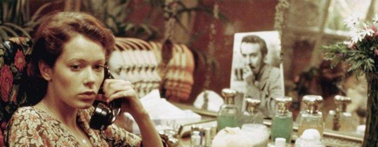 La estrella holandesa de la película erótica 'Emmanuelle', Sylvia Kristel, murió mientras dormía el 18 de octubre de 2012 a los 60 años de edad. Kristel pereció víctima de cáncer de esófago, pero en 2003 había superado la misma enfermedad en la garganta.