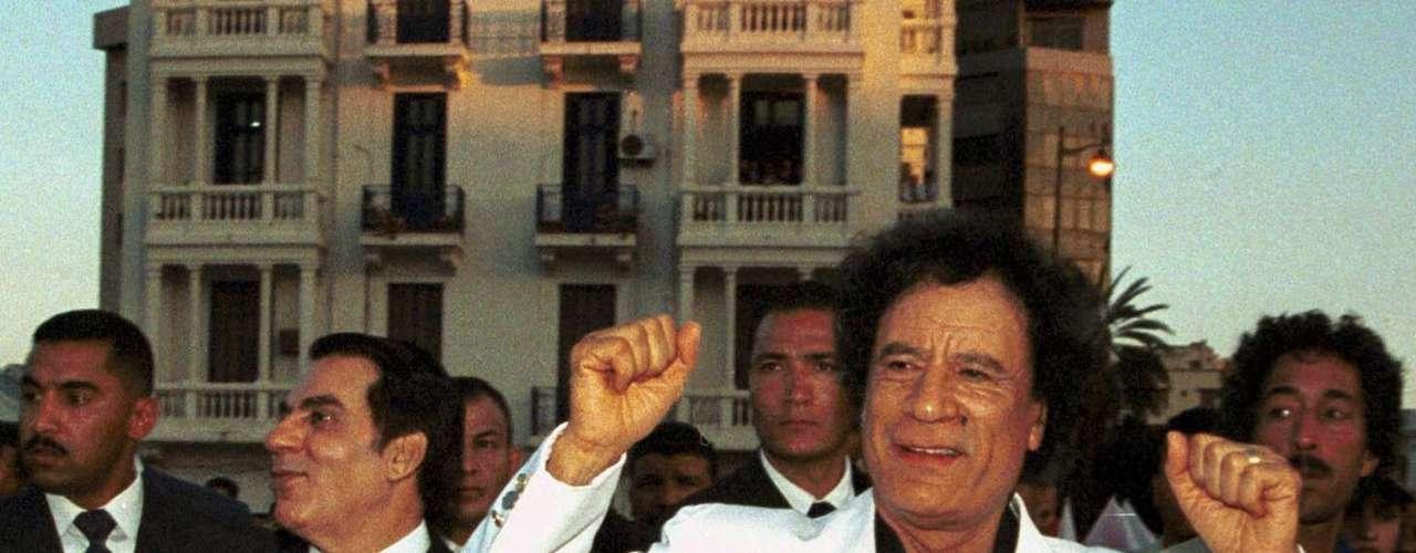En base a otras imágenes, afirma que Moatasem, el hijo de Gadafi, fue capturado con vida y transportado luego a Misrata, donde lo vieron fumando y manteniendo una \