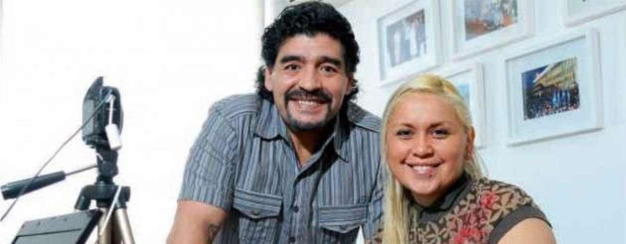 Diego Maradona habría cortado recientemente de manera escandalosa su relación de 8 años con Verónica Ojeda, quien se encuentra embarazada de más de cuatro meses. Así lo publicó en su tapa el diario Crónica, que aseguró que el ex jugador la abandonó y le dijo que no le dará su apellido al hijo que esperan. Repasá en fotos la vida pública de la pareja