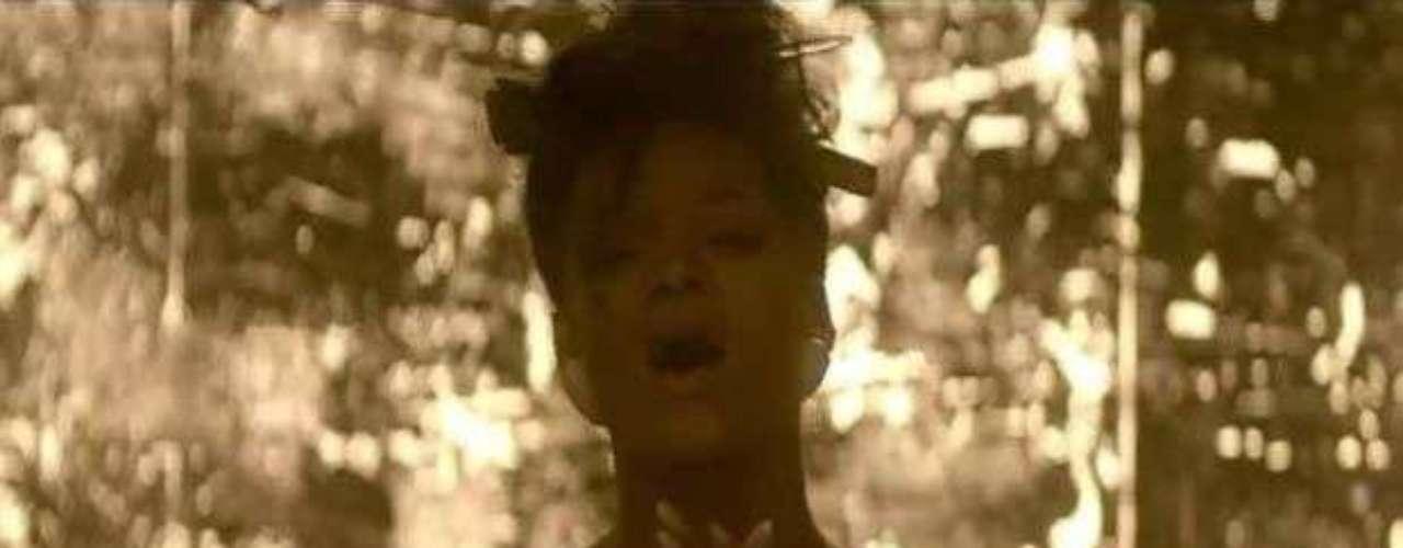 Rihanna hizo sudar a muchos, al salir totalmente exótica y cubriendo sus \