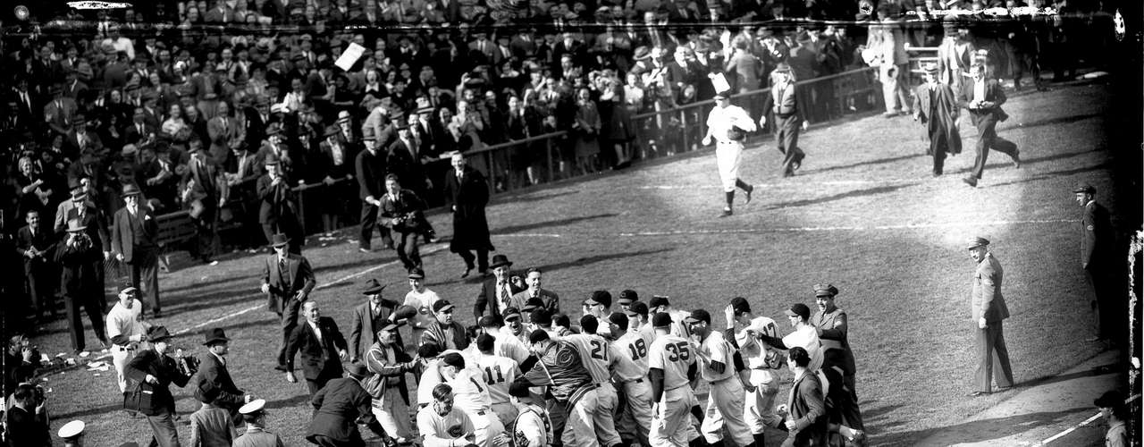 In 1940, Detroit returned to the World Series, and Greenburg won his second straight MVP after leading the league with 41 HR and 150 RBI; he was also fourth with a .340 average. The Tigers faced the Cincinnati Reds in the World Series, but ahead 1-0 in the seventh game could not hold on to the lead. The Reds scored two runs off Bobo Newsom to win 2-1 and take the Series (photo).