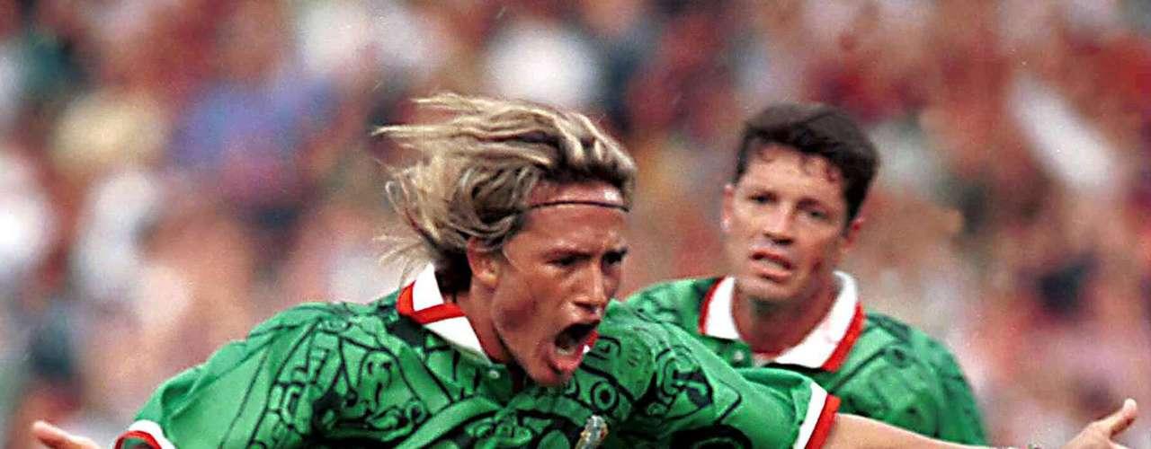 3.- Luis Hernández hizo 35 goles con México entre 1995 y 2002.
