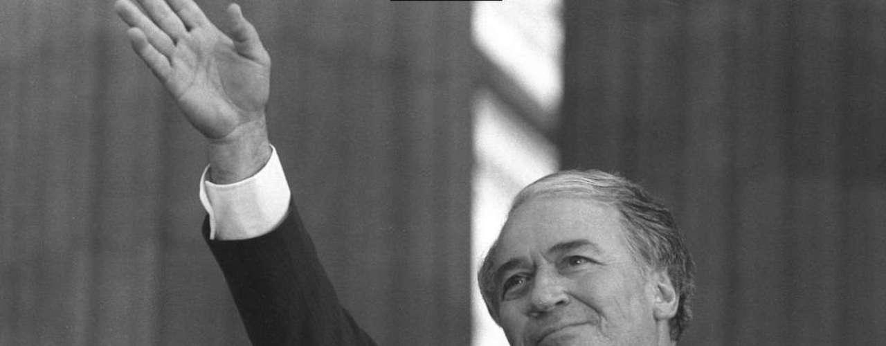 En 1982, el entonces presidente conservador Belisario Betancur sancionó una nueva Ley de Amnistía (Ley 35 de 1982), para iniciar acercamientos con la insurgencia (M19, FARC, Ado y EPL) y creó la figura de los Altos Comisionados de Paz, pero tampoco tuvo resultados.