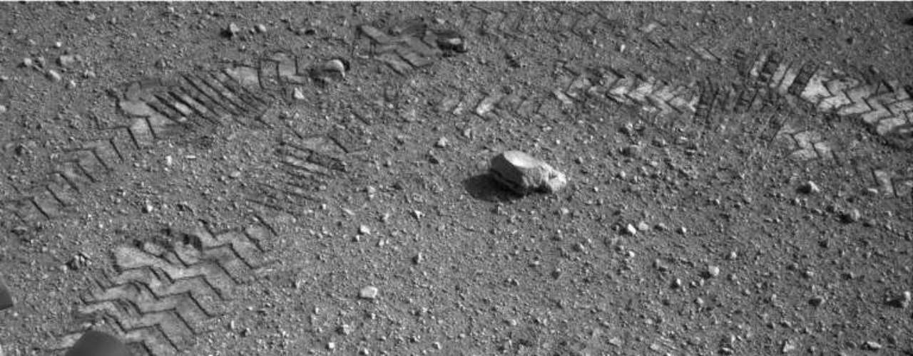 Aunque en un principio se especuló con la posibilidad de que este material fuera una pieza perdida o un plástico procedente del `Curiosity`, la aparición más partículas brillantes llevaron a pensar a los expertos de la NASA que este material es nativo de Marte.