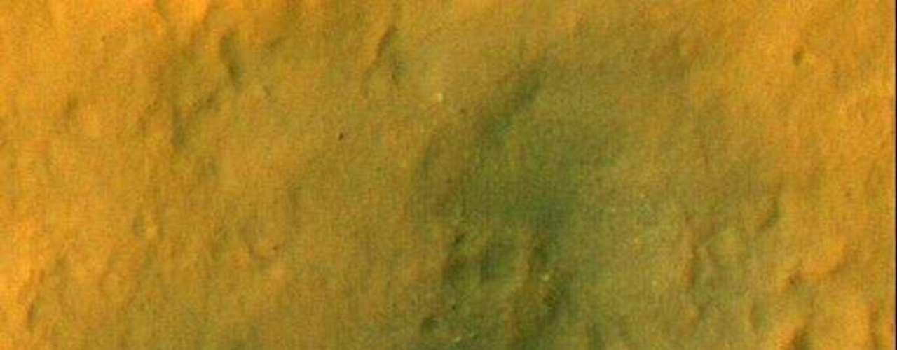 Además, los investigadores indicaron que también se halló otro material, en este caso de color claro, que, tras ser evaluado, se pudo determinar que es un deshecho de la nave.