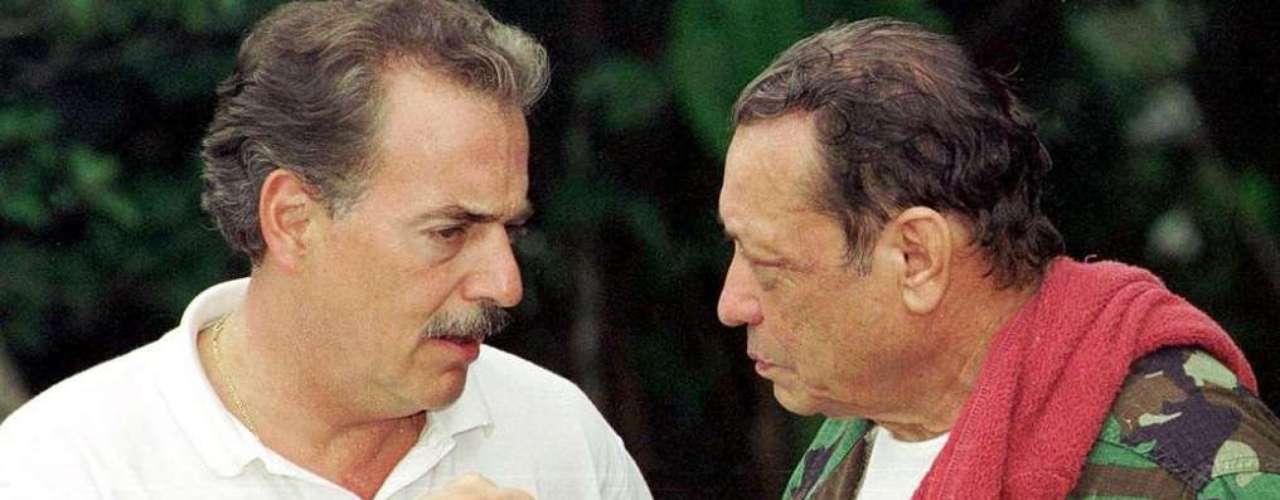 Mientras también en 1998, el candidato conservador, Andrés Pastrana, ganó la presidencia en Colombia con la promesa de iniciar un diálogo de paz con las FARC para poner fin al conflicto interno. Retiró las Fuerzas Militares y la Policía de una zona de 42.000 kilómetros cuadrados -dos veces el tamaño de El Salvador- para abrir las negociaciones. Pero, el asunto era más complicado de lo que se esperaba. Los diálogos se realizaron en medio de la confrontación y se rompieron en febrero del 2002. Durante el gobierno de Pastrana también se mantuvieron aproximaciones con el ELN, sin lograr avances concretos.