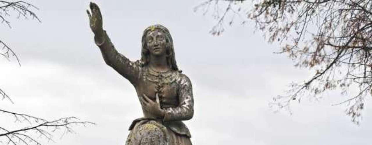 Juana de Arco, heroína militar y santa francesa, decía que oía voces y tenía visiones divinas. El 23 de mayo de 1430 cayó en prisión. En manos de sus enemigos, fue acusada de brujería por un tribunal eclesiástico, pues se decía que sus experiencias místicas provenían del Diablo. A los 19 años de edad, el 30 de mayo de 1431, fue condenada a la hoguera. Fue beatificada en 1909 y canonizada en 1920, como mártir y símbolo de la unidad nacional. Francia la proclamó su patrona.