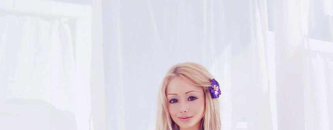 Aunque no está claro el motivo por el que Valeria Lukyanova, la modelo ucraniana de 24 años de edad que utiliza la cirugía plástica para hacer ella misma en una muñeca Barbie humana, lo que sí está claro es su inmenso parecido con el personaje de plástico luego de invertir más de $ 800.000 para parecerse a Barbie, según asegura el mismo medio.