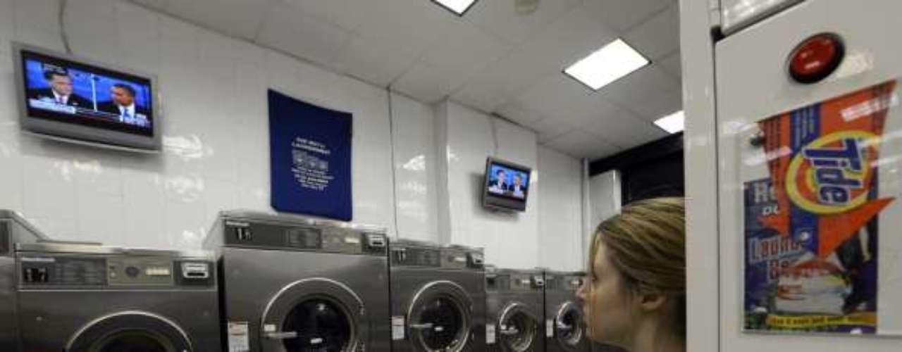 El debate se vivió en cada rincón de Estados Unidos. Por ejemplo, esta joven decidió ver la contienda mientras lavaba su ropa. \