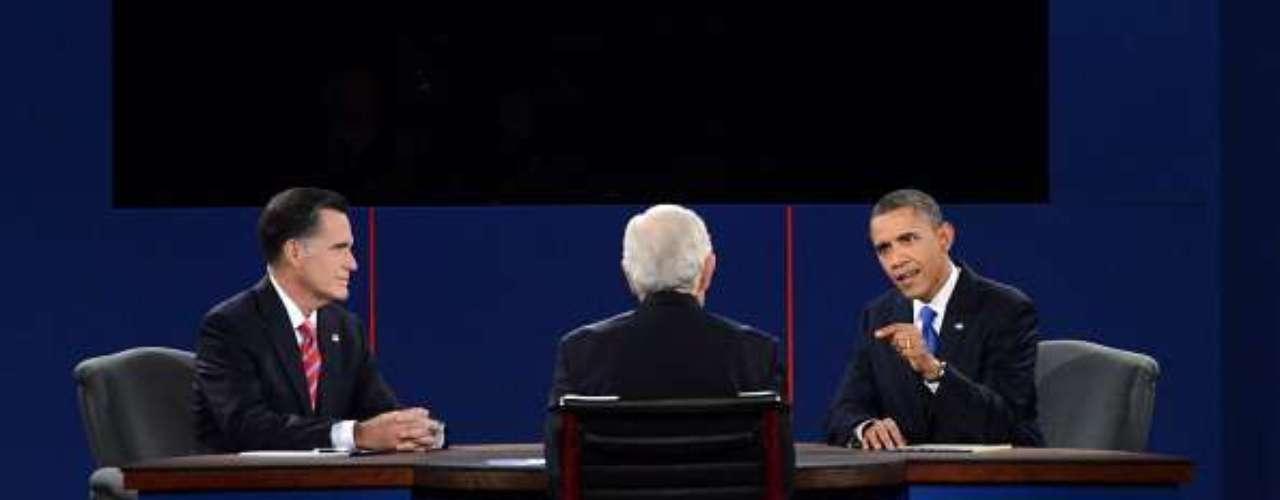 El tercer debate entre Barack Obama y Mitt Romney se diferenció de los anteriores en cuanto a la disposición de los candidatos. En el primero, ambos estaban de pie en dos estrados, lejos del público y el moderador. En el segundo, fue casi íntimo, con la gente muy cerca de los políticos. Esta vez, ambos estuvieron sentados en la misma mesa del moderador.