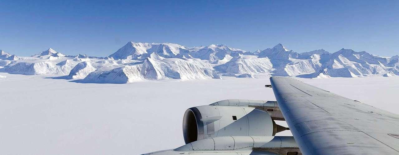 Los satélites de la NASA mostraron dos fenómenos opuestos al detectar que la capa de hielo del Ártico disminuye, mientras que la Antártida se expande, según un estudio.
