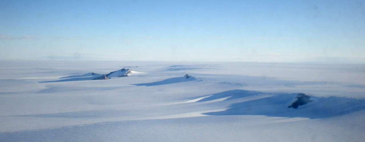 El Océano Ártico está rodeado de América del Norte, Groenlandia y Eurasia, grandes masas de tierra que atrapan la mayoría del hielo que se concentra y se retira cíclicamente según la época del año.
