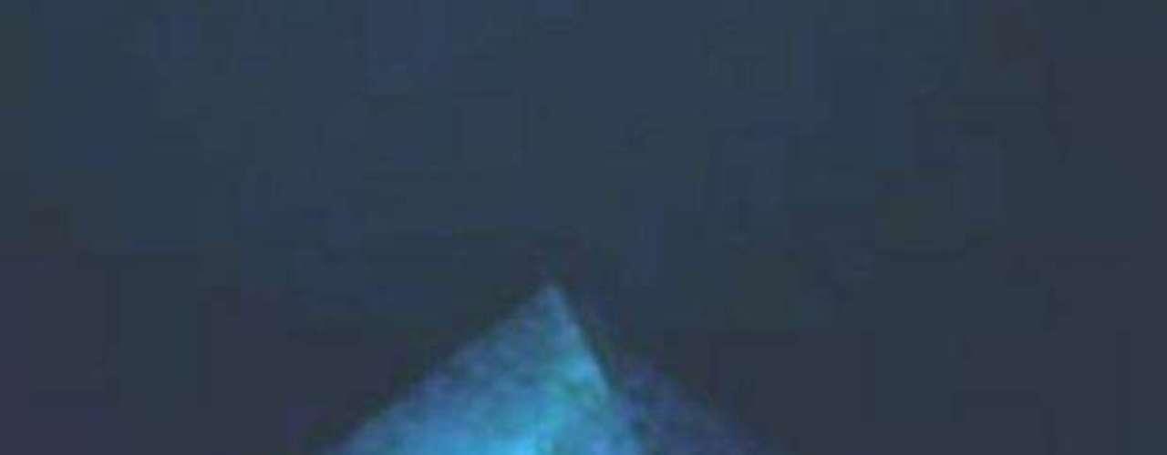 Las imágenes captadas por el aparato robótico muestran construcciones monumentales, entre ellas cuatro pirámides, una de ellas al parecer de cristal, así como una escultura y varios monolitos grabados.