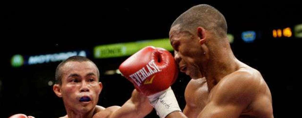 Apenas en septiembre pasado, el filipino (izquierda) perdió ante el mexicano Juan Carlos 'Zurdito' Sánchez por el título mundial Supermosca de la FIB al ser noqueado en el noveno round.