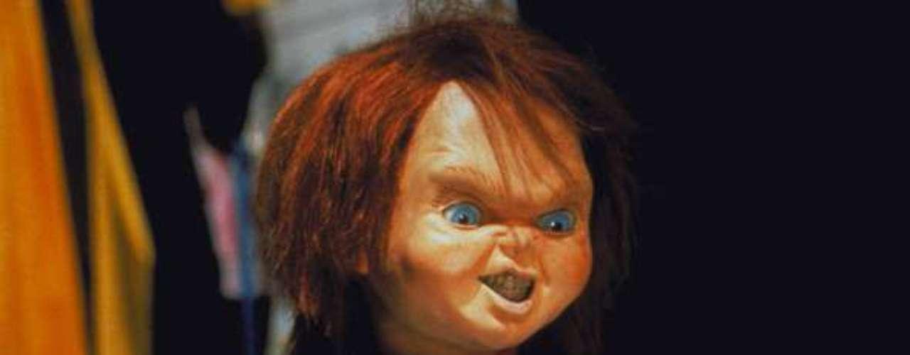 Chucky. El popular y cínico muñeco diabólico apareció, por primera vez en el cine, en el año 1988 para quedarse como uno de los asesinos más memorables y perversos en su género. 'Chucky', reconocido por su pelo rojo, ojos azules y usar un overol de jean,  es un muñeco poseído por el alma del asesino en serie, 'Charles Lee Ray'. Cinco cintas se han realizado de este pequeño psicópata de quien, para el 2013, ya está proyectada una nueva entrega.