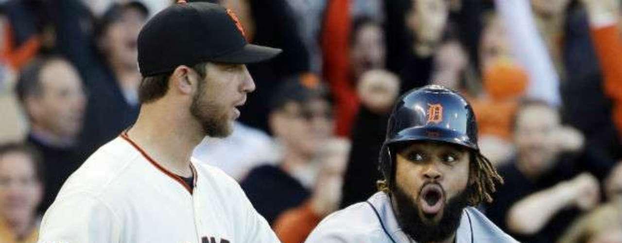 Los Tigers comenzaron amenazantes, ya que estuvieron a punto de anotar en la primera entrada, pero los Giants lo evitaron ya que marcaron out a Prince Fielder en el home (derecha).