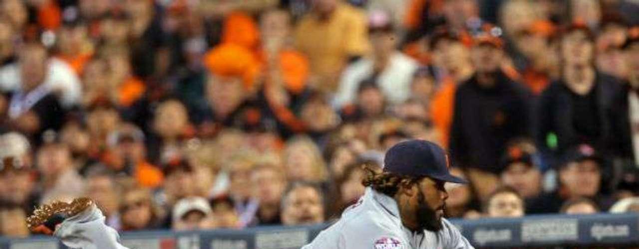 Prince Fielder en un intento de fildeo de una pelota, aunque el jugador no pudo concretar el out.
