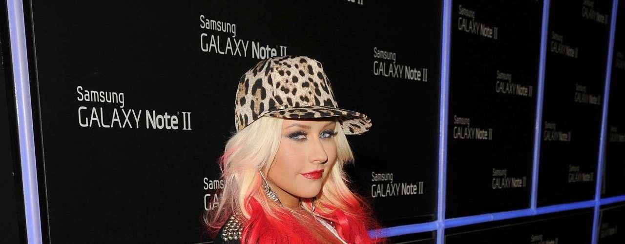 Christina Aguilera se robó varias miradas, al lucir sus nuevos mechones rojos en el cabello y pasear muy segura de sí misma sus voluptuosas curvas por la alfombra azul en el lanzamiento del dispositivo \