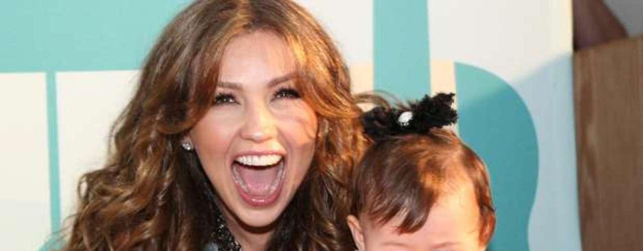 También, Thalía dejó salir su lado materno, al pasar un rato agradable tocando instrumentos con una niña.