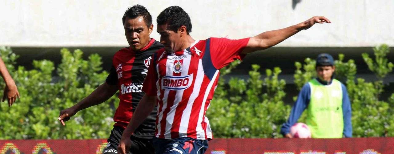 En el torneo Apertura 2010, Chivas y Atlas ofrecieron un gran partido en el estadio Omnilife. Flavio Santos marcó el primero para los Rojinegros, pero Miguel Ángel Ponce empató el encuentro. Con el 1-1 parcial, Marco Fabián falló un penalti y nueve minutos después, los Zorros se volvieron a ir al frente en el marcador por conducto de Gerardo Flores, pero un autogol de Néstor Vidrio salvó al Rebaño de la derrota.