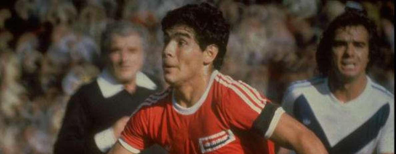 Diego Armando Maradona, de raíces humildes, destacó por su habilidad con el esférico. Debutó con Argentinos Jrs, en 1976.