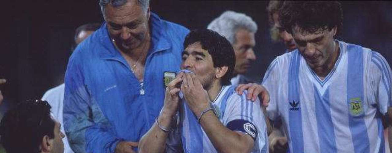 Diego Armando tuvo sentimientos encontrados luego de eliminar a Italia en las Semis del Mundial de 1990.