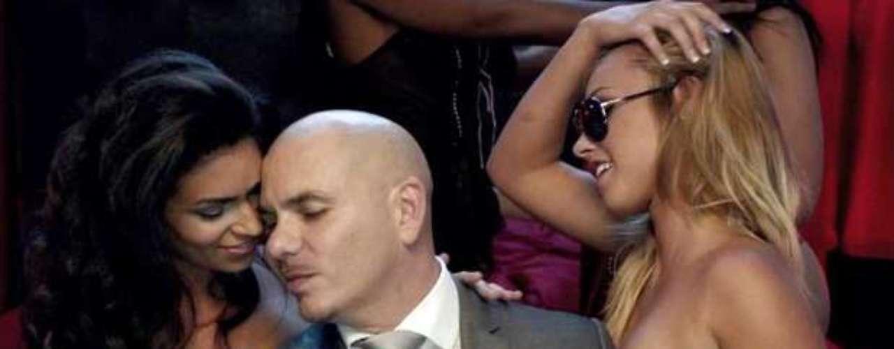 Pitbull goza un montón en sus videos, si no lo creen nada más miren las imágenes de su nuevo material audiovisual \