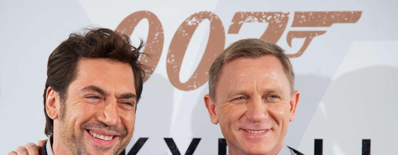 Javier Bardem y Daniel Craig se hicieron muy cercanos debido a la filmación de 'Skyfall'. Los actores ahora lucen como los dos mejores amigos frente a los paparazzi que los espera en las alfombras rojas de las premieres a las que asisten