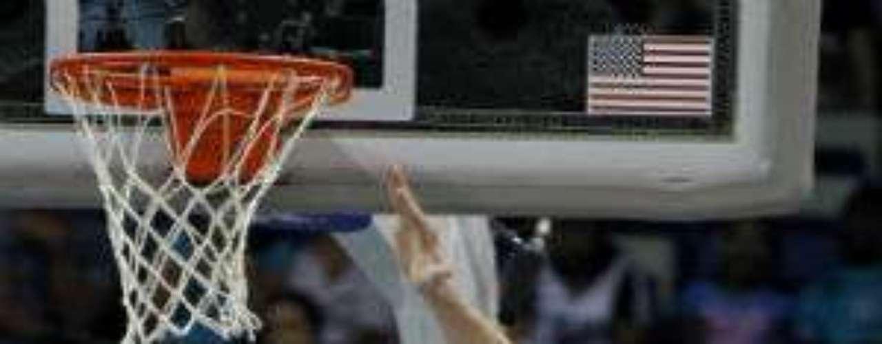 Venezuela estará presente en la NBA. En su tercer año, el base Greivis Vásquez (blanco) quiere consolidarse en las filas de Nueva Orleans Hornets. Cuenta con buena visión dentro de la duela. Podría ser de gran ayuda para los 'abejorros'.