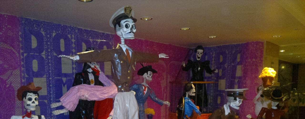 Hotel Sheraton Maria Isabel. En la recepción de este sitio de lujo podemos apreciar un homenaje a los grandes filmes y talentos artísticos de la Época de Oro del Cine Mexicano, con la colaboración del Museo Dolores Olmedo.