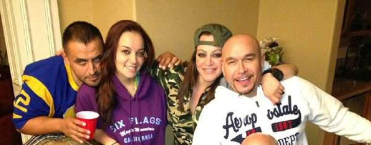 Jenni Rivera cuenta con sus hermanos en las buenas y en las malas, así lo compartió en su cuenta de Twitter con esta foto. La artista pasa por un momento difícil luego de anunciar su divorcio y sus familiares le ayudan a subir los ánimos.