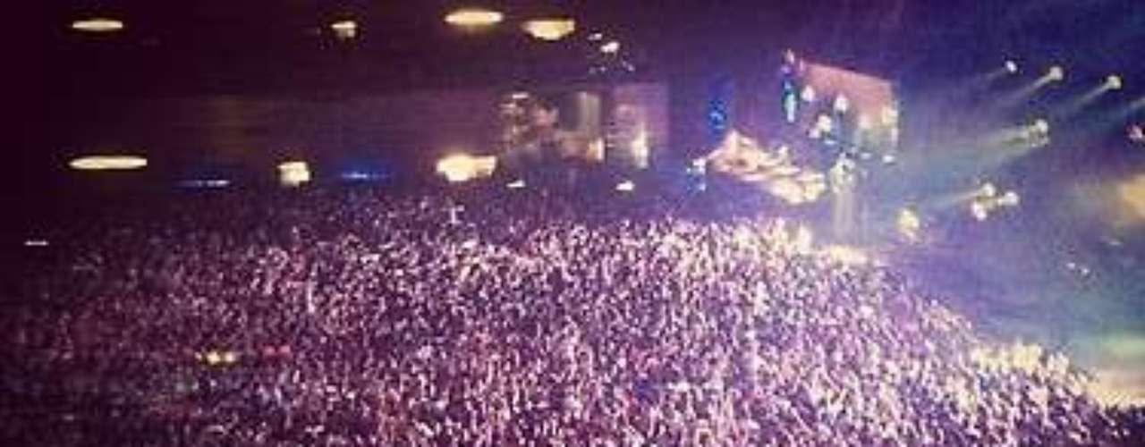 Otra asistente a la fiesta muestra la gran multitud de jóvenes que acudieron a celebrar Halloween al Madrid Arena. La sala, cuya capacidad máxima es de unas 10.000 personas, fue desalojada por la policía \