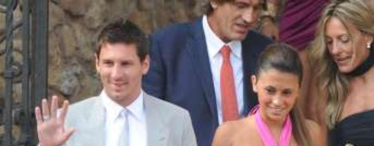Lionel Messi y Antonella Roccuzzo ya son papás. El primer bebé de la pareja, al que han llamado Thiago, vino al mundo este viernes. El parto tuvo lugar en la séptima planta del Hospital USP Dexeus en Barcelona. La hermana del astro argentino ha confirmado la noticia a través de Twitter.