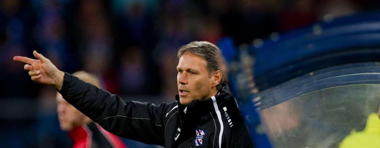 Conocido mejor de sus días como jugador, Marco Van Vasten fue uno de los mejores delanteros de la historia. Actualmente es entrenador del Heerenveen en la liga holandesa.