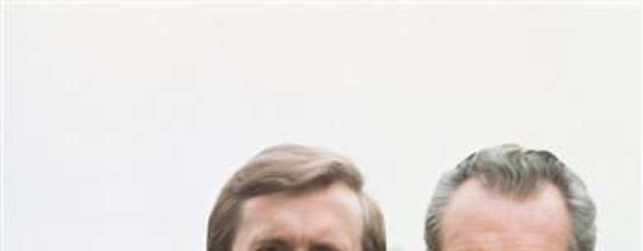 Nixon fue reelecto en 1972. Pero dos años más tarde, dimitió su cargo hasta ahora, el único en hacerlo abrumado por el escándalo del Watergate. Se fue con mucho más arrugas, y el pelo casi sin color.