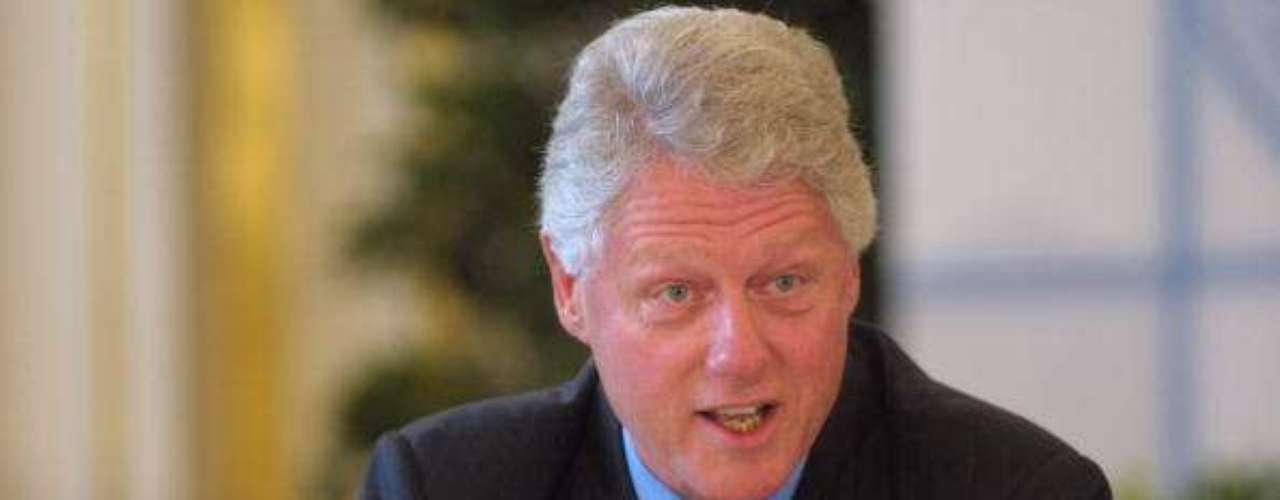 Tras un segundo mandato, Clinton dejó la Casa Blanca con un superávit de 559.000 millones de dólares algún que otro escándalo y una aprobación del 66%, la más alta para un presidente de la post guerra. De todos modos, no fue inmune a la dureza del cargo: se fue con mucho menos pelo y el mismo totalmente blanco.