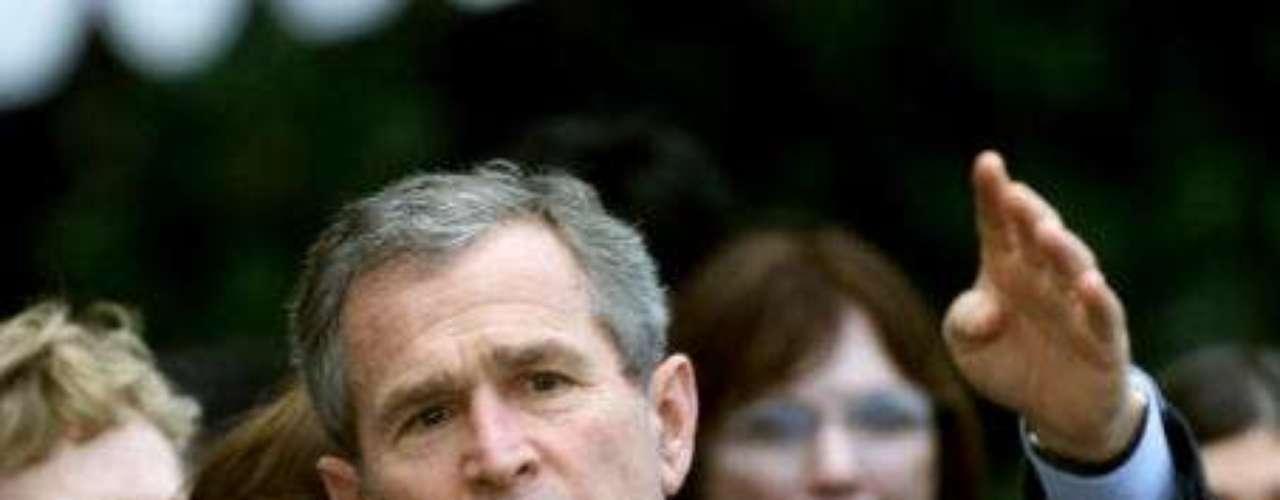 George W. Bush fue el 43º presidente de EE.UU. y asumió el cargo en 2001. En ese momento, su cabello era gris y su rostro estaba lleno de vitalidad.