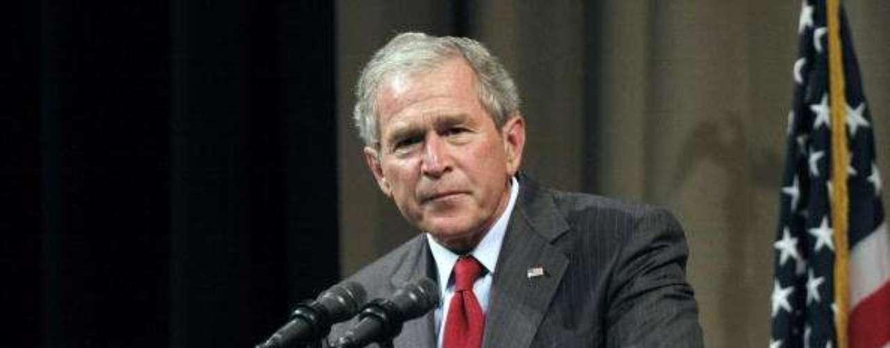Tras ser reelecto, Bush terminó su período como presidente en 2009. Habían pasado el ataque a las Torres Gemelas y el inicio de las guerras con Afganistán e Irak. Al dejar la Casa Blanca, Bush lucía mucho más avejentado, con el pelo ya sin color y las arrugas mucho más profundas.