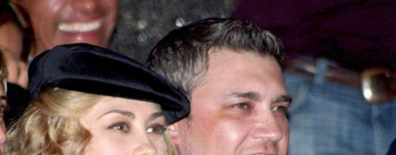 De acuerdo con algunas amistades cercanas a 'La Chule', su hermano Leonardo y su familia fueron los culpables de que su relación con el cantante Luis Miguel llegara a su fin, pues a éste no le gustaba que la familia de Arámbula estuviera todo el tiempo metida en su casa.